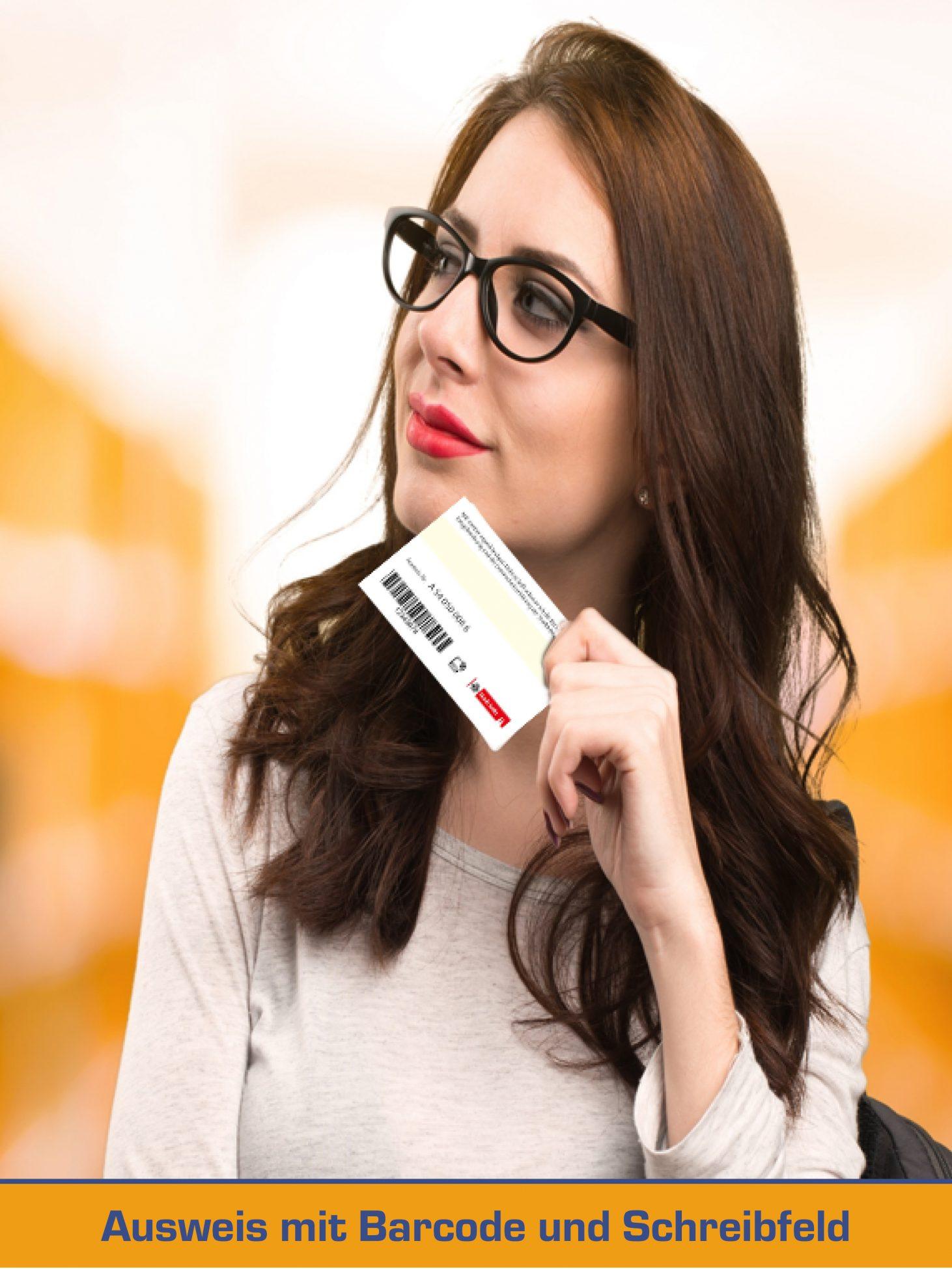 Studentin mit personalisierten Bibliotheksausweis